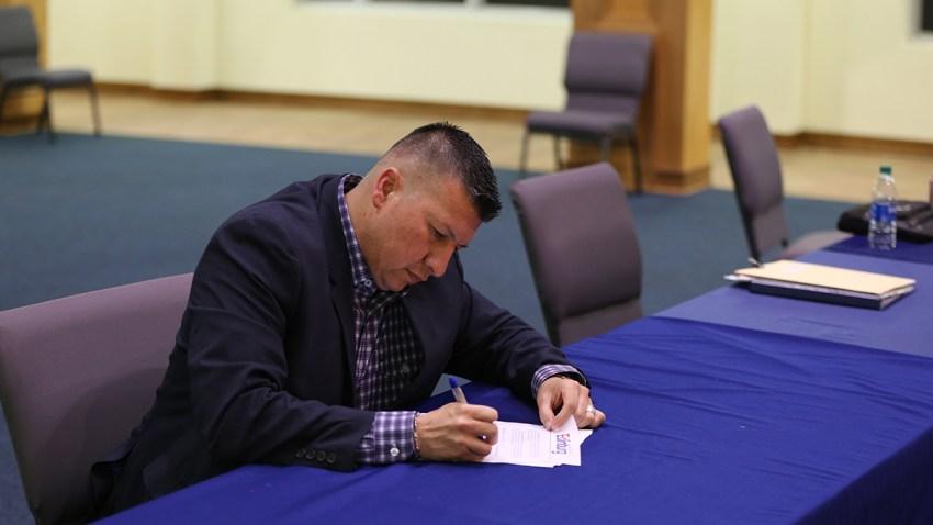 Richard Molina firmando orden de permanecer en casa, trabaja seguro.