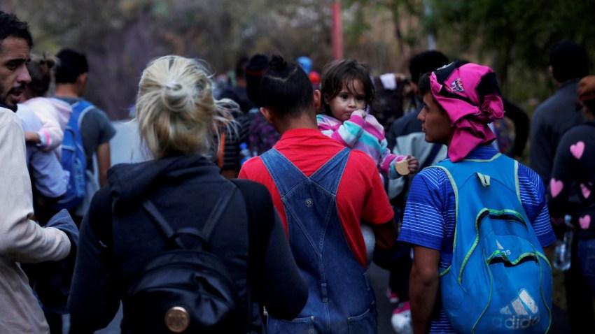 Migrantes que integran una caravana que partió de Honduras