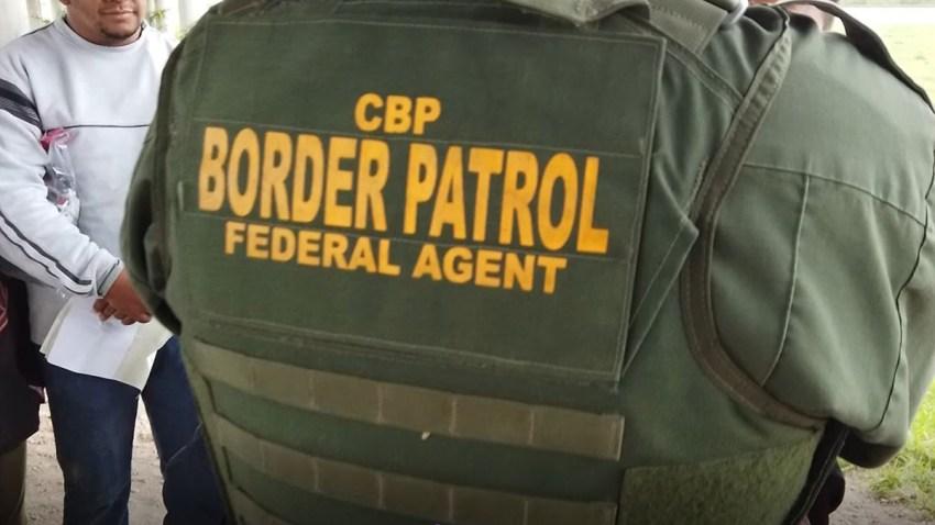 agente de la patrulla fronteriza procesa a inmigrantes