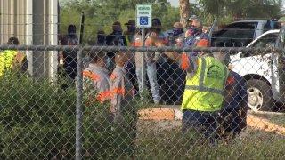 Empleados de San Juan afuera del edificio de Obras Publicas.