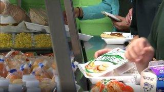 Niños recogiendo comida