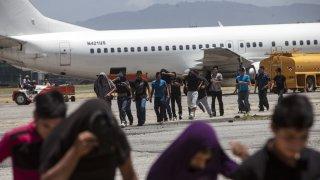 Guatemala recibe el primer grupo de deportados de EEUU en 2020.