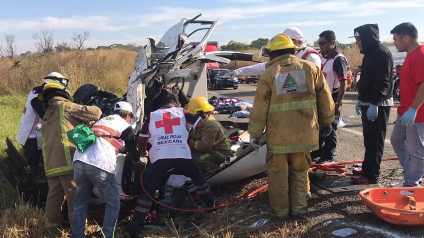 Rescatistas y paramédicos trabajan en el sitio donde la mañana del domingo se registró un accidente automovilístico en el kilómetro 35 de la carretera Ocozocoautla-Arriaga, en Chiapas.