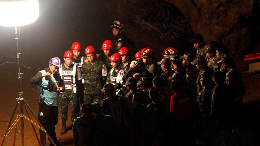 Miembros de los servicios de rescate en el lugar de la búsqueda de los miembros de un equipo de fútbol y su entrenador en la cueva Tham Luang en la provincia Chiang Rai en Tailandia