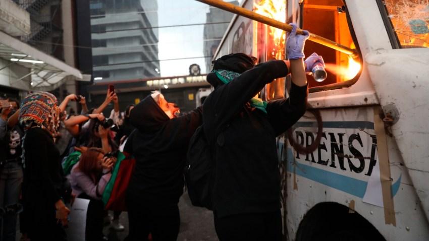 Feministas destruyen un vehículo de prensa