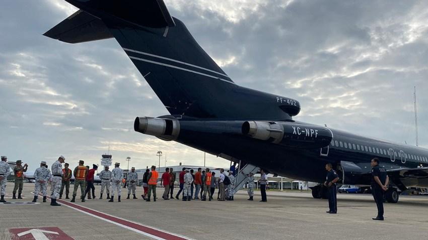 Migrantes hondureños abordan vuelo de regreso a casa