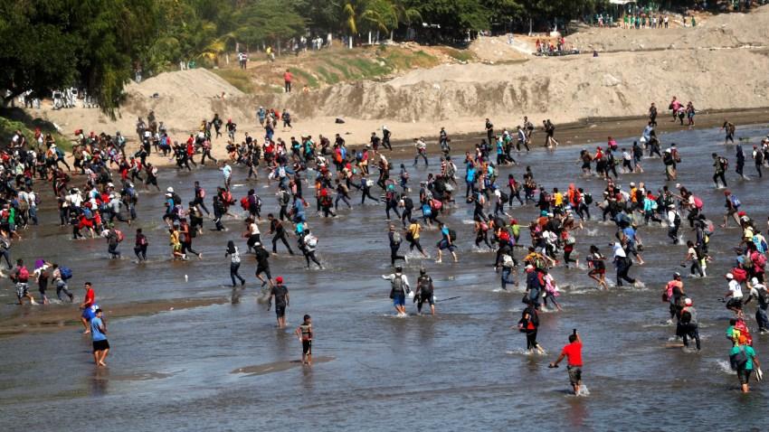 Migrantes centroamericanos en el río Suchiate