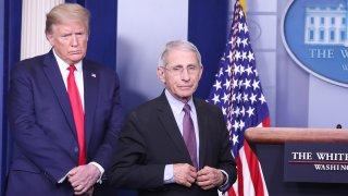 En la foto, el doctor Anthony Fauci junto al presidente Donald Trump, el 22 de abril.