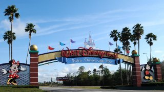 Foto de archivo de la entrada de los parques Disney World el 16 de marzo.