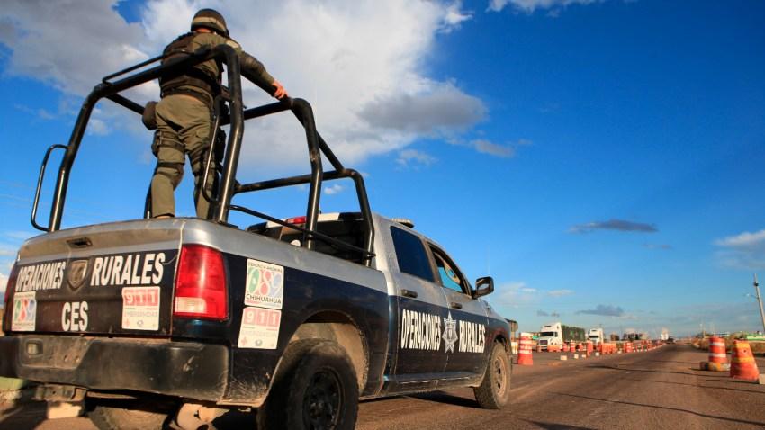 Policía abordo de un vehículo patrullando