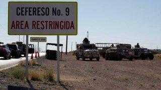 Vehículos de la Guardia Nacional afuera de la prisión de Ciudad Juárez