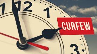 Foto generica de un reloj con la palabra curfew
