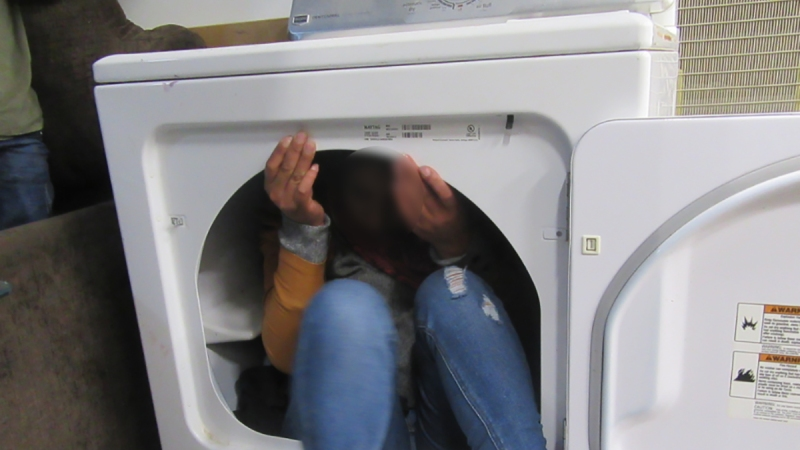 Hallan a inmigrantes escondidos entre muebles y electrodomésticos en un camión U-Haul