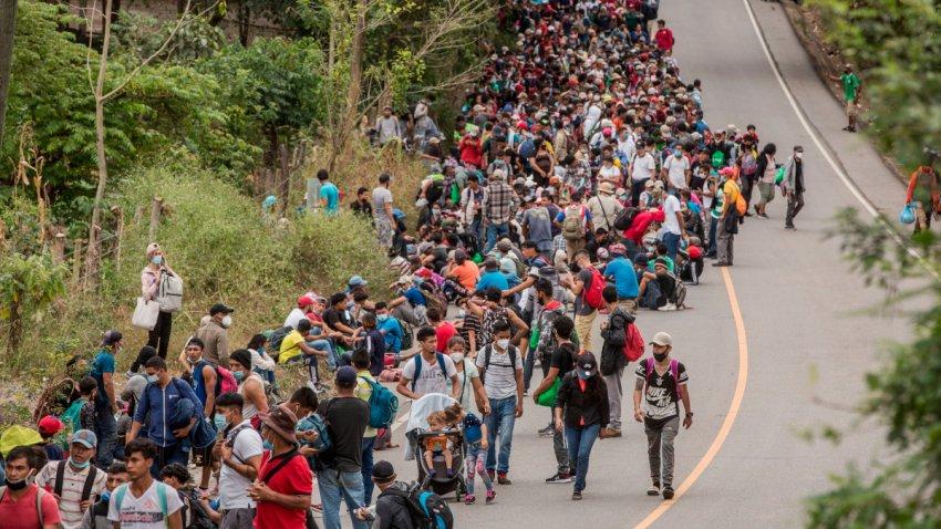 Migrantes de Honduras cruzan a Guatemala