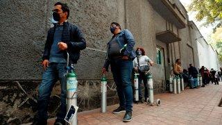 Personas hacen fila para abastecer tanques de oxígeno en capital mexicana
