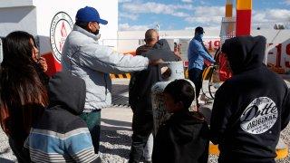 Personas hacen fila para adquirir gas en Ciudad Juárez