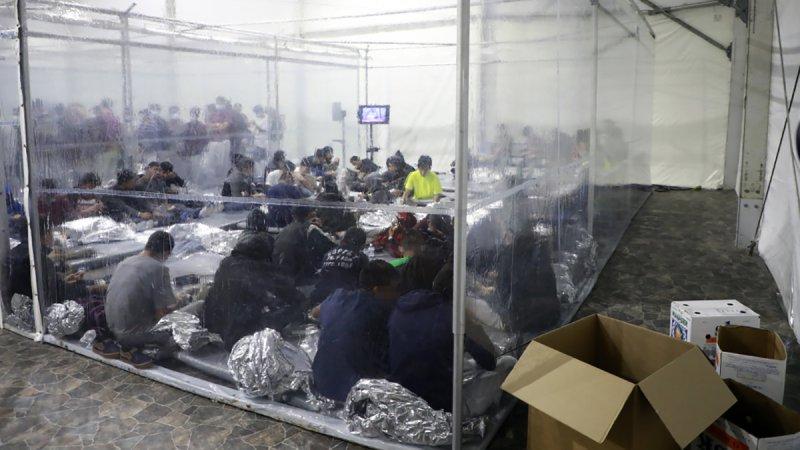 CBP revela imágenes del interior del centro para procesar a migrantes en Donna
