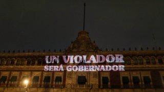 """Consigna feminista proyectada sobre Palacio Nacional de México: """"un violador será gobernador"""""""