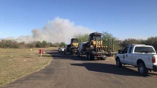 foto de maquinaria pesada acudiendo a un incendio.