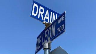 Foto de letrero de intersección de calles.