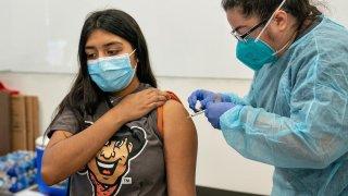 Estudiante de UTRGV recibiendo vacuna.