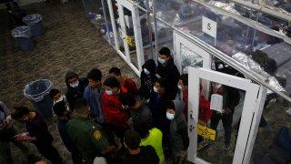 Gobierno de Biden otorga contratos por 3,000 mdd a privados para albergues de menores migrantes