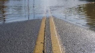 Foto de una calle llena de agua.