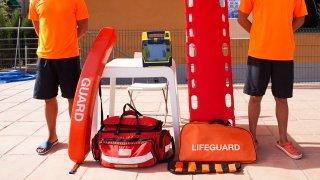 Foto de dos salvavidas con equipo de rescate.