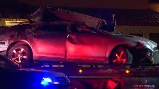 Foto de un carro chocado en una grua