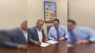 Alcalde Javier Villalobos firmando declracion de desastre local