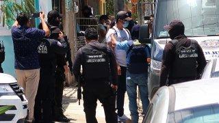 Policías y agentes de migración en un operativo en Cancún