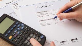 Foto de una factura de electricidad y una calculadora