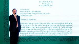 Canciller de México junto al texto de una carta proyectado a gran tamaño