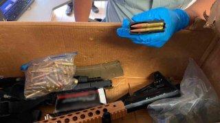 Imagen de armas y cartuchos en una caja