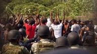 Migrantes africanos intentan escapar; agentes lo impiden