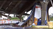 La caseta de cobro para poder tener acceso al parque de Isla Blanca ubicado en la Isla del Padre Sur, quedo prácticamente destruida provocando que...