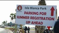 En el Parque Isla Blanca, la nueva dinámica para poder acceder a los estacionamientos de casas móviles está generando disgusto entre...