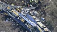 El impacto destrozó las dos máquinas y varios vagones se volcaron al descarrilarse. Esto sucedió al sur de Alemania.