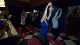 """""""Yoga para borrachos"""": practican la disciplina entre copas de vino"""