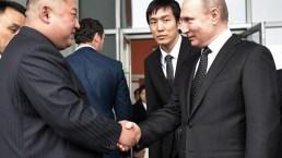 De cerca: el largo apretón de manos entre Putin y Kim