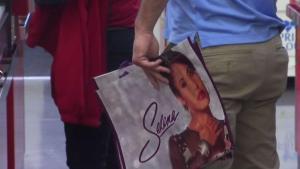 Fanáticos hacen fila para comprar bolsas de Selena