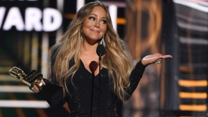 """Mariah Carey desata polémica por llamar """"presidenta"""" a Hillary Clinton"""