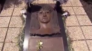 Súper fan de Selena visita la tumba de la cantante