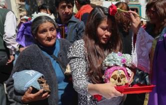 """Las """"ñatitas"""", calaveras a las que los bolivianos les piden paz"""
