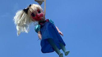 """Es algo horrendo"": descubren perturbadoras muñecas en plena calle"