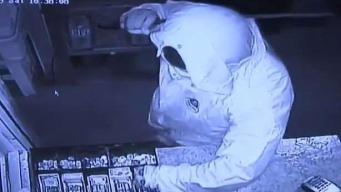 Buscan a sospechoso de robar una tienda portando un machete