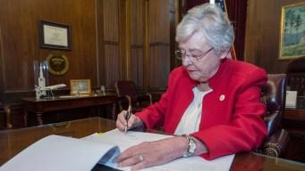 Juez federal bloquea ley antiaborto de Alabama