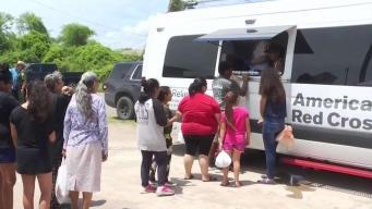 Reparten ayuda a residentes afectados por inundaciones