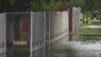 Residentes de Raymondville continúan bajo agua