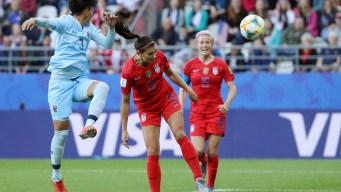 Alex Morgan de cabeza abre el marcador contra Tailandia